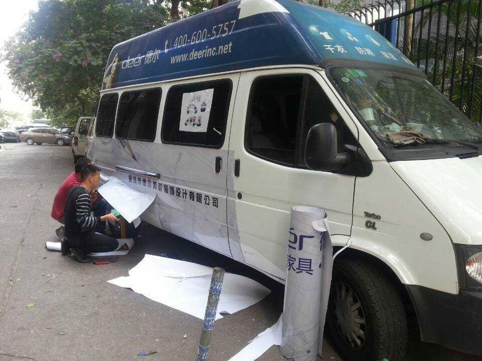 深圳车身贴喷绘安装现场过程(全顺面包车)
